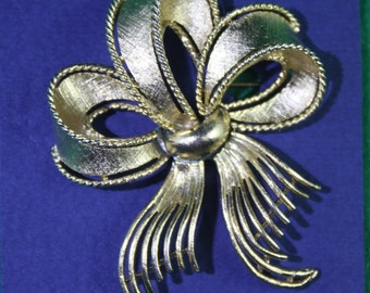 Vintage LISNER Gold Metal Frayed Ribbon Brooch