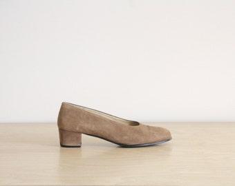 90s suede pumps. Tan suede heels. Vintage camel suede shoes. Brown suede shoes. Spanish suede shoes. size 9.5 EU 40