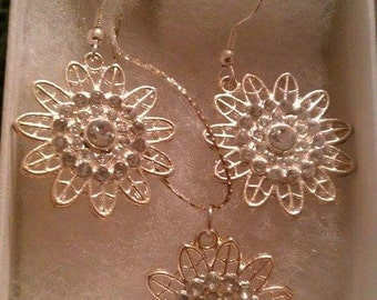 Sunburst flower necklace and earring set