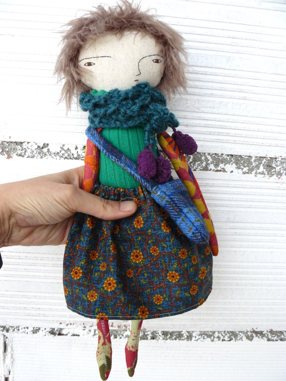 Doll in cotton and linen. 32 cm. Wool scarf and bag.