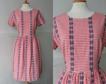 Red White 60s Vintage Dress With Blue Embroidery // Cotton