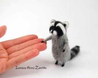 Needle felted raccoon, raccoon toy, tiny felted raccon, animals for dollhouse, cute raccoon, toy raccoon, miniature raccoon, OOAK raccoon