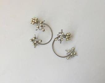 50s ear wrap earrings of silver tone bendable wire and faux pearls