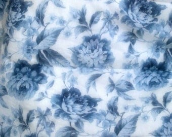 Comforter/Vintage/Shabby Chic/Blue and White/Cabbage Roses