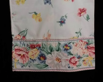An adorable 1 pc vintage pillow case. Adorned with big beautiful, multi colorful flowers.