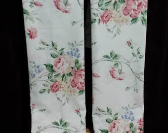 An andorable pair of livlely collorful roseie vintage pillow cases.