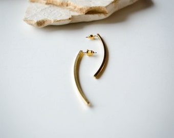 Gold curved ear studs // sophisticated and trendy // perfect for everyday // edgy and fun!