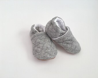 Quilted baby shoes, gray baby shoes, baby girl shoes, non-slip baby shoes, baby shoes with hearts, baby girl shoes, baby slippers, crib shoe