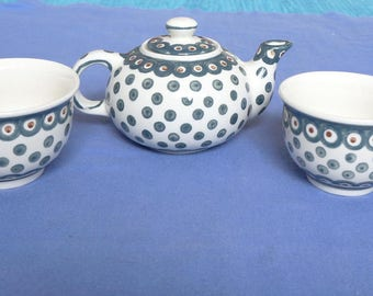 Vintage hand made tea pot with 2 cups green 'peacock eye ' / Pfauenauge by Zaklady Boleslawiec ZCB ( Bunzlau ) Poland. Polka dot earthenware