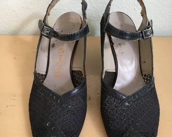 1940's navy blue peep toe spectator pumps / 1940's navy blue shoes / vintage WWII era women's shoes
