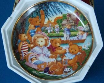 A Teddy Bear Picnic by Carol Lawson Franklin Mint Collector Plate V7536