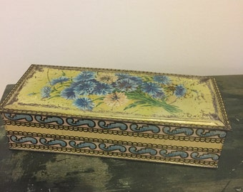 Vintage pretty biscuit tin