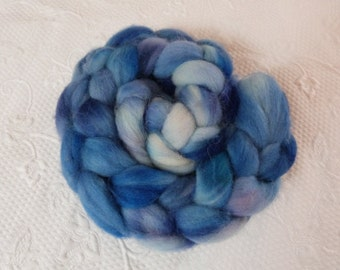 English wool superwash 150 g hand dyed White Blue Lagoon