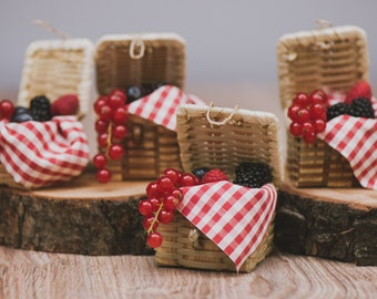 picnic basket favor placeholders in wood-picnic wedding favor