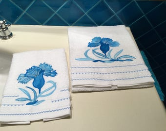 Pair of towels stylized flower