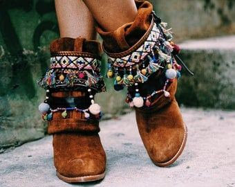 Boots with pompon belt