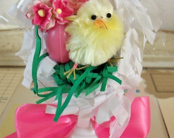 Vintage Kitsch / Decorated Egg Diorama Decoration / Chenille Chick / Paper Grass / Forget Me Nots / Plastic Egg