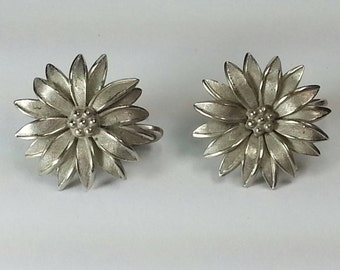 Vtg 60s Giovanni silver tone flower daisy chrysanthemum clip-on earrings