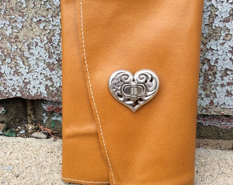 Love filled Refillable leather journal / Refillable sketchbook with heart latchby Binding bee
