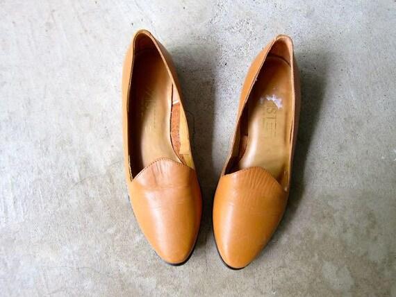 Vintage 80s Brown Leather Sandals Minimal Light Caramel Brown Slip Ons Flats Preppy Summer Slipper Sandals Boho Hipster Womens 5.5