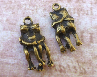 free UK postage - Pack of 20 Antique Bronze Charm Frogs in Love Animal charms