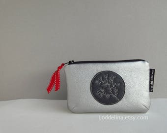 Card coin purse in vegan leather. Silver grey gray with black zipper and floral embroidery.