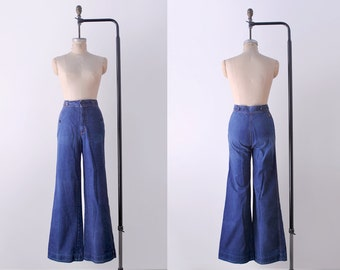 70 wide leg jeans. 1970's high waisted denim. 70's blue jeans. s. 6. 27. M.