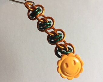 Chainmaille zipper pull with smiling flower button