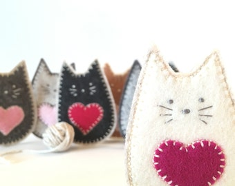 FELT CAT brooch - handcrafted from 100% wool felt - accessories - Valentine's gift - ivory cat