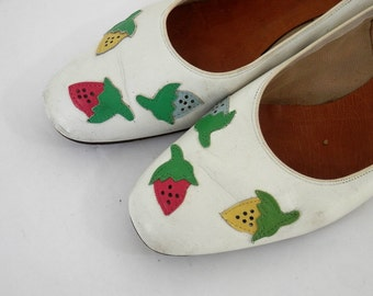 Vintage Leather Ladies Shoes with Strawberry Appliques Rockabilly Pumps Antique Fashion Shoes