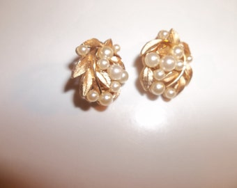 Faux Pearl Gold Tone Vintage Earrings Jewelry Clip Ons Cluster   5513