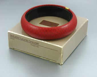 1988 Vintage Avon 'Textured Luxuries' Burgundy Bangle Bracelet w original box. Avon Bracelet. Leather Look Bangle. Vintage Avon Jewelry