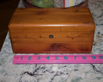 Vintage Lane cedar chest salesman's sample jewelry or chatchkie box in very good condition