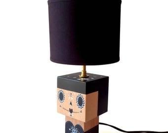 """Petite Lampe cubique en bois """"Calavera"""" inspiration Mexicaine noire et grise + Abat-jour noir - douille laiton - peinte à la main"""