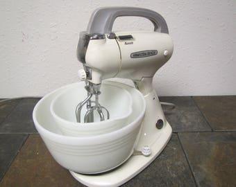 Hamilton Beach 10 speed mixer with Mixguide and 2 White Hamilton Beach Glass Bowls *  mid century