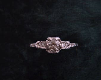 18ct White Gold 1940's Ring With Diamonds (620b)