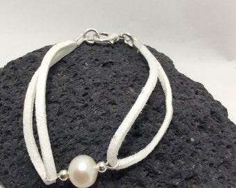 white fresh water cultured pearl bracelet