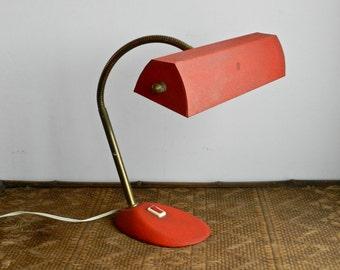 Lampe de bureau vintage en métal granité rouge et laiton années 40