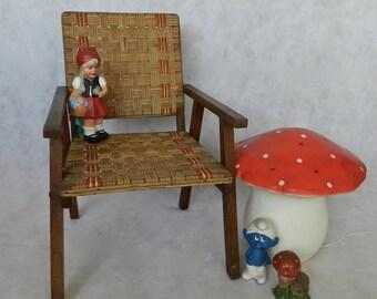 Petit fauteuil vintage et original bois et osier bandes naturelles et rouges