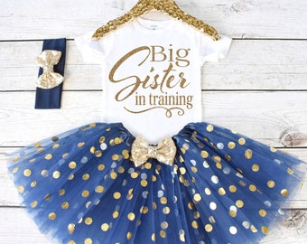 Big Sister in training. Pregnancy Announcement Shirt. Big Sister Announcement Shirt. Promoted to Big. Big Sister Outfit. S21 PGA. (NAVY)