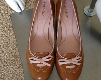 Size 10 Ladies Tan Leather Pumps with Pink Bows, NOS Round Toe Classic High Heels -Size 10 B
