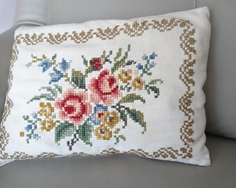 Very nice cushion canvas and Point of the cross, embroidered by hand. Since the 1970s.