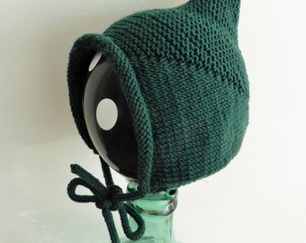 Green bonnet with lace