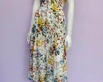 Vintage romantic floral spring dress // viscose // wild flowers // Eur 36 / US 6 / UK 8