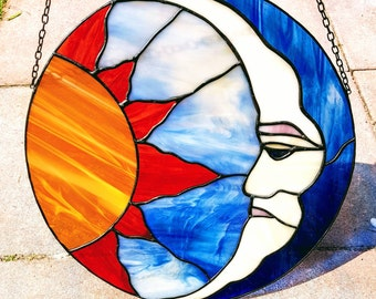 Tiffany stained glass suncatcher of sun and moon, sun and moon suncatcher, circular suncatcher astrological, glass windowdecoration hanger