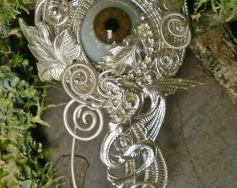 Gothic Steampunk Augenbrosche Eye Pin Pendant with Bright Silver Wire, Dragon and Brown Prosthetic Eye