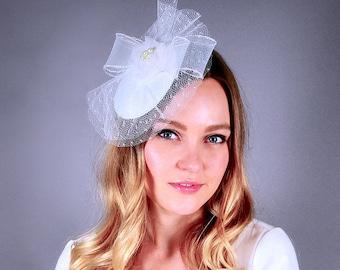 White bridal fascinator, wedding veil with bow, white fascinator, bridal hat, bridal headpiece