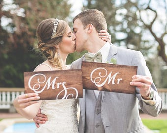 Mr and Mrs Sign, Rustic Wedding Signs, Mr and Mrs Sign for Sweetheart Table, Mr and Mrs Sign for Bedroom, Wedding Photo Prop Sign