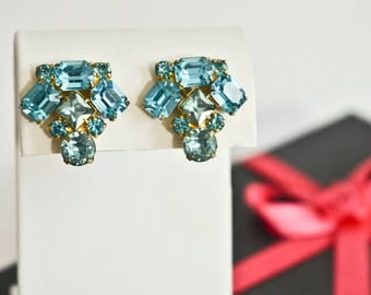 Vintage teal and light blue rhinestones screw back earrings - gold tone metal - aquamarine and blue topaz rhinestones - something blue