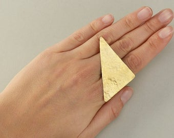 Geometric big ring, triangle large ring, hammered gold band, multi finger ring, index finger ring, statement jewel, contemporary ring.